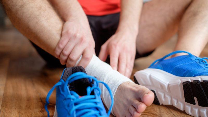 Cách bảo vệ chấn thương cổ chân với 6 bước dùng băng cuốn thể thao