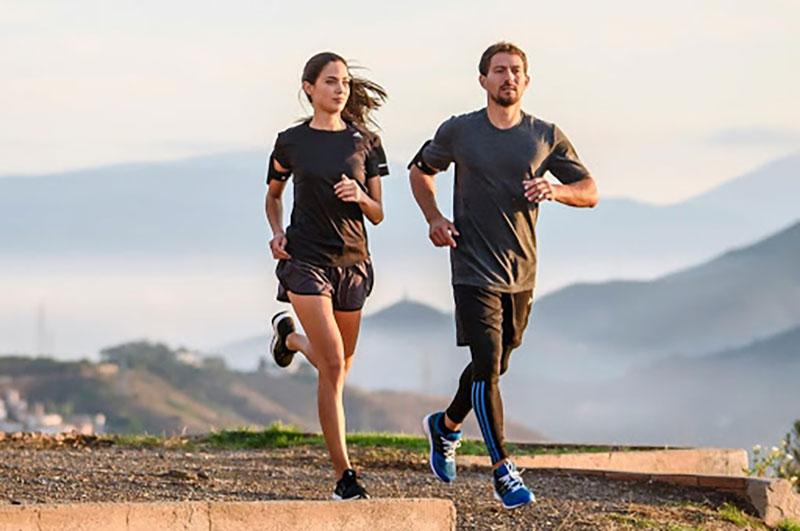 Tư thế chạy lưng thẳng sẽ giúp tránh được những chấn thương phần thân dưới và lưng