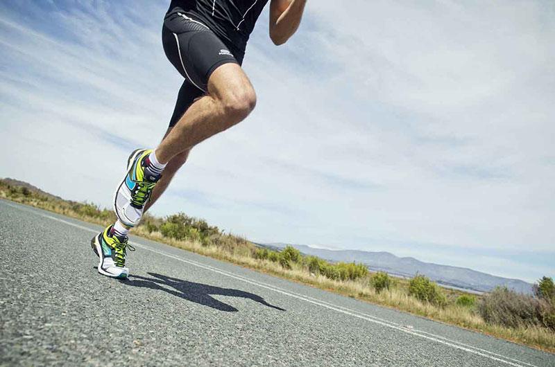 Người chạy bộ lâu năm sẽ tiếp đất bằng mũi chân