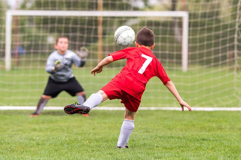 Giày đá bóng giúp trẻ đá bóng an toàn hơn