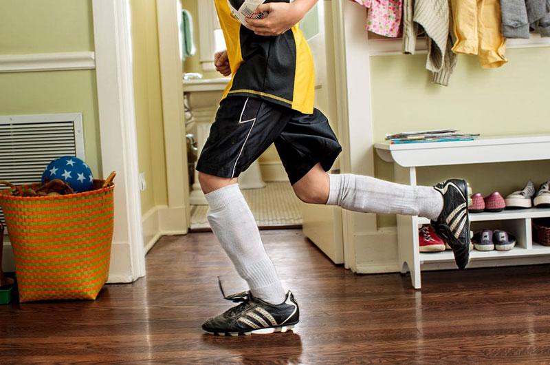 Mang đôi giày ở nhà đi lại giúp cho bạn làm quen với nó