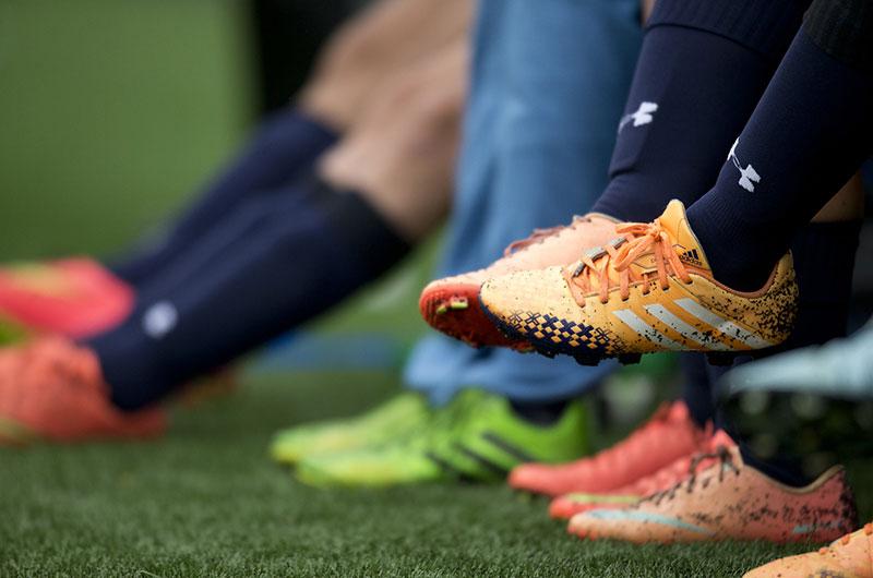 Hãy tháo lót nếu đôi giày bạn mang khiến đau bề ngang bàn chân