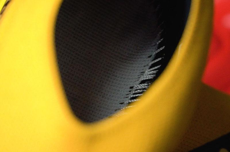 Đường chỉ khâu đế nằm bên trong để đảm bảo sự thẩm mỹ cho đôi giày