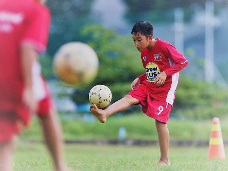 Kỹ thuật bóng đá sân cỏ - Tâng bóng